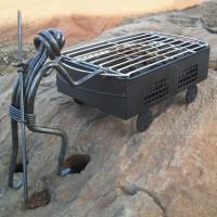 Parrilla con minero de forja con barrena