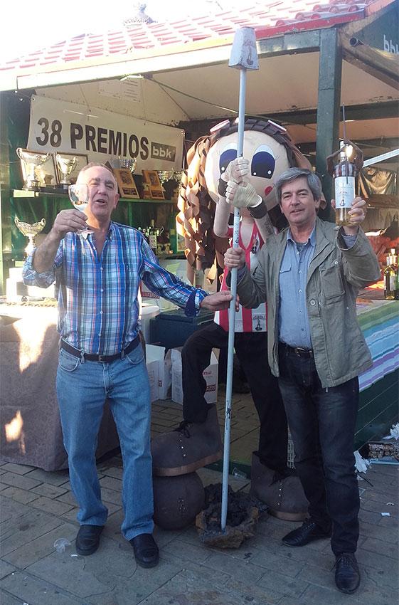 Emilio Cobos (con la botella de Alirón!) y su amigo Txomin (con la copa de txakoli Abeitxa)